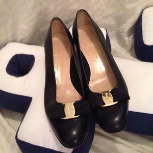 Salvatore Ferragamo classic bow shoes flats 8.5 AA